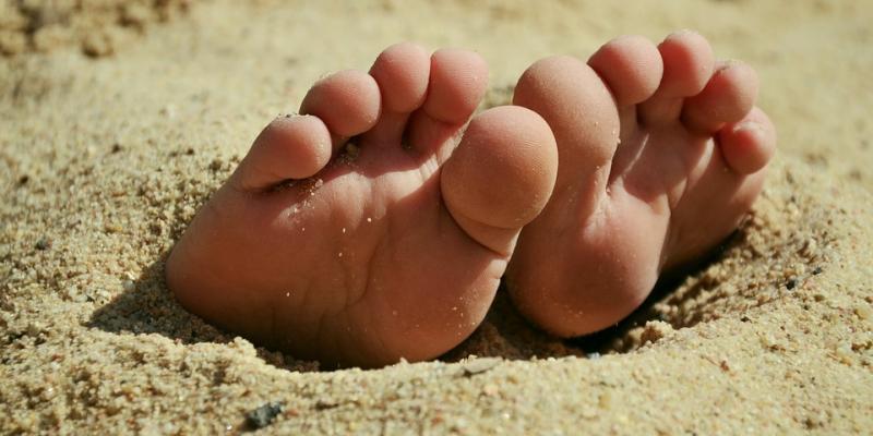 sand mellem tæerne og is i solen giver gode minder for børn på krisecenter